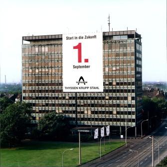 Die Fusion der beiden Stahlgesellschaften von Thyssen und Krupp zum 1. September 1997 wurde unübersehbar an der Hauptverwaltung des neuen Unternehmens dokumentiert.
