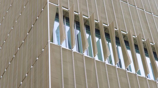 Das Sonnenschutzsystem gibt dem Hauptgebäude sein Gesicht