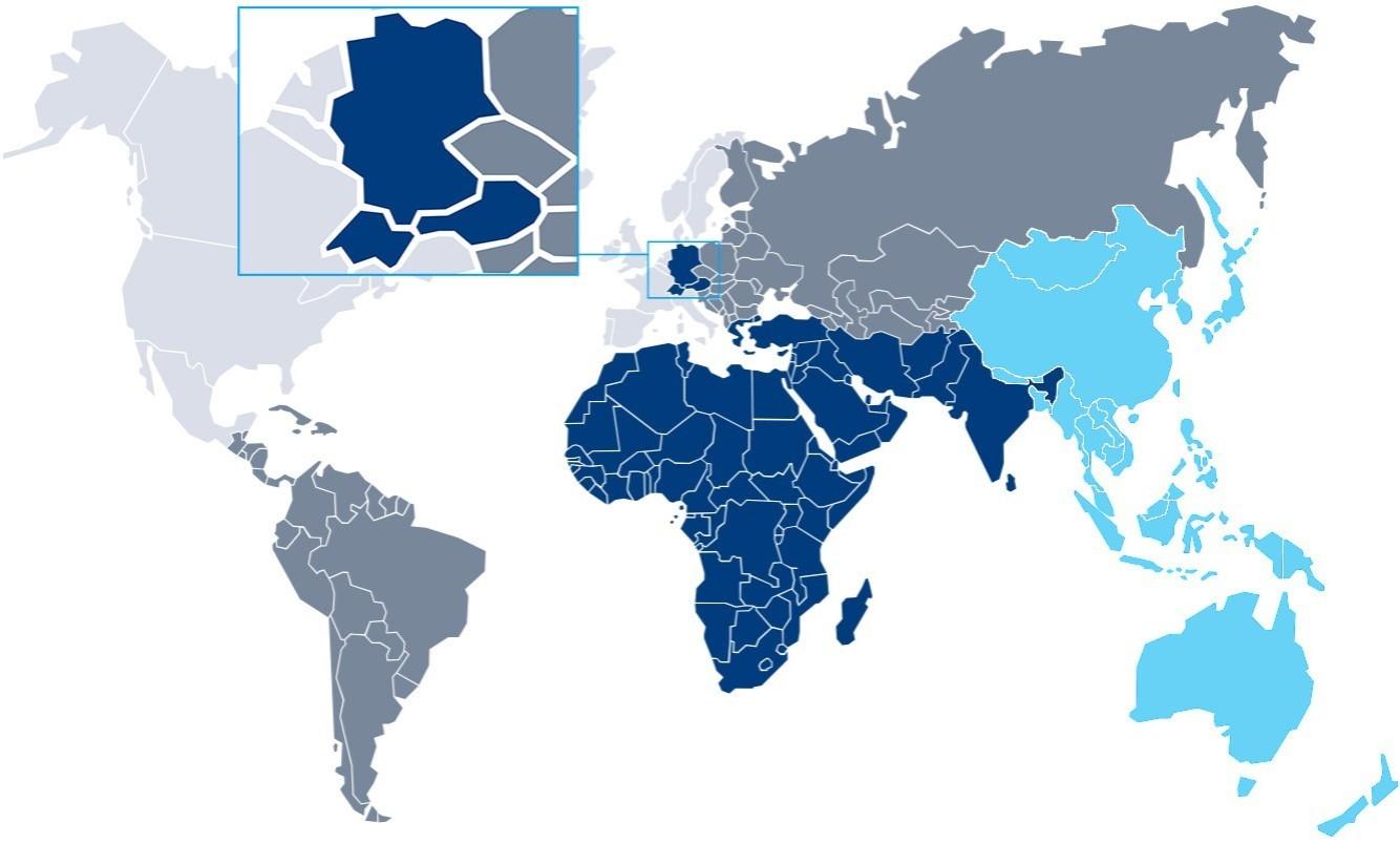 Mapa del mundo gris, azul sobre un fondo blanco