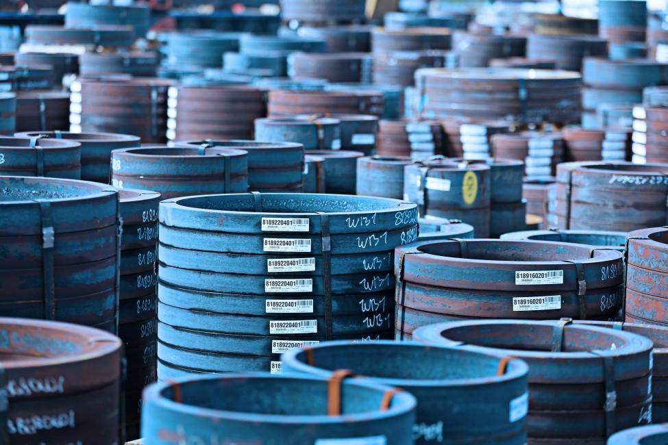 Plusieurs piles des bagues forgées usinés empilés les uns sur les autres