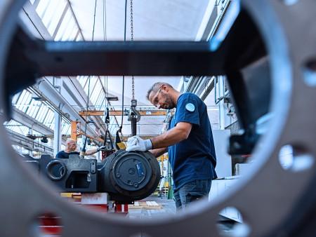 """Aqui você pode encontrar algumas das mais impressionantes prensas de forjaria disponíveis no mercado, incluindo nossa prensa """"Maxi Press"""" (32.000 ton) e as prensas de 16.000 e 3.150 toneladas."""