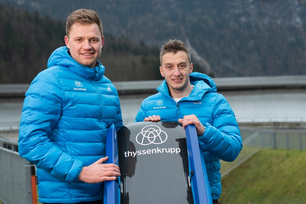 Toni Eggert und Sascha Benecken mit dem thyssenkrupp-Schlitten
