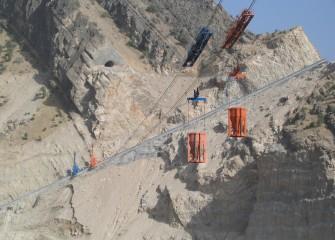 Kabelkrane auf der Baustelle Karun IV