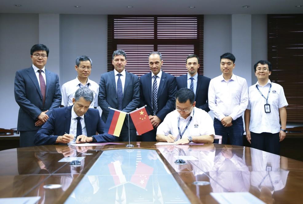 Henrik König, CEO von thyssenkrupp System Engineering (Shanghai) und Guan Hong, Purchasing Director bei SGMW (vordere Reihe v.l.n.r.) mit weiteren Vertretern beider Unternehmen bei der Vertragsunterzeichnung