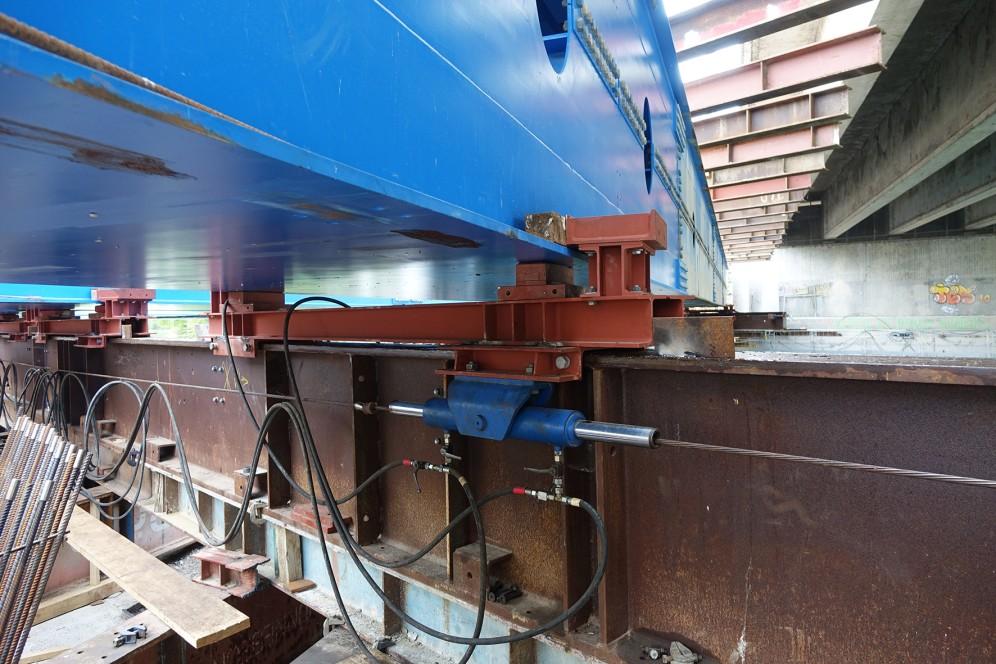 Die Verschubschlitten auf der Unterstützungskonstruktion werden per Hydraulikvorschubanlage verscho- ben.