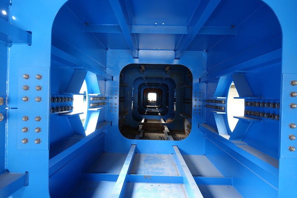 Die Stahlhohlbaukästen setzten sich aus vier Segmenten zu einer Länge von 45 Metern zusammen
