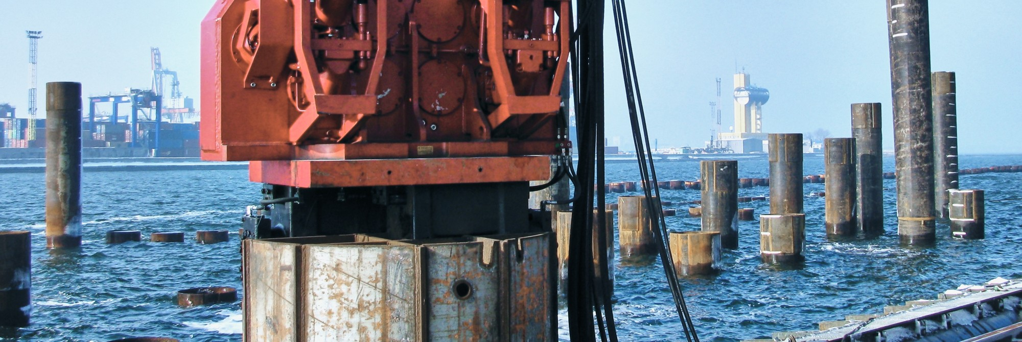 Pile driving and extracting equipment
