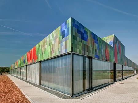 Neues Schulgebäude mit rundum verpixelter Fassade