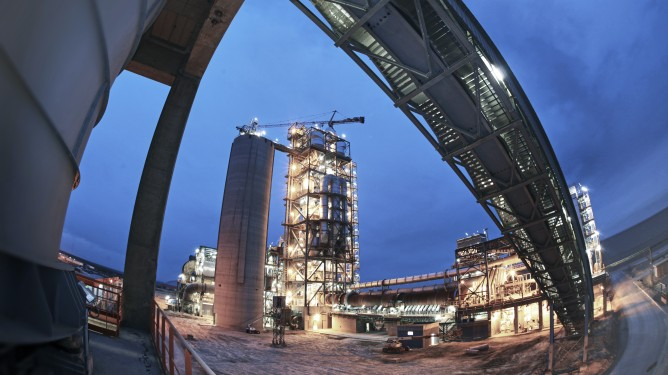 Low-emission cement plants