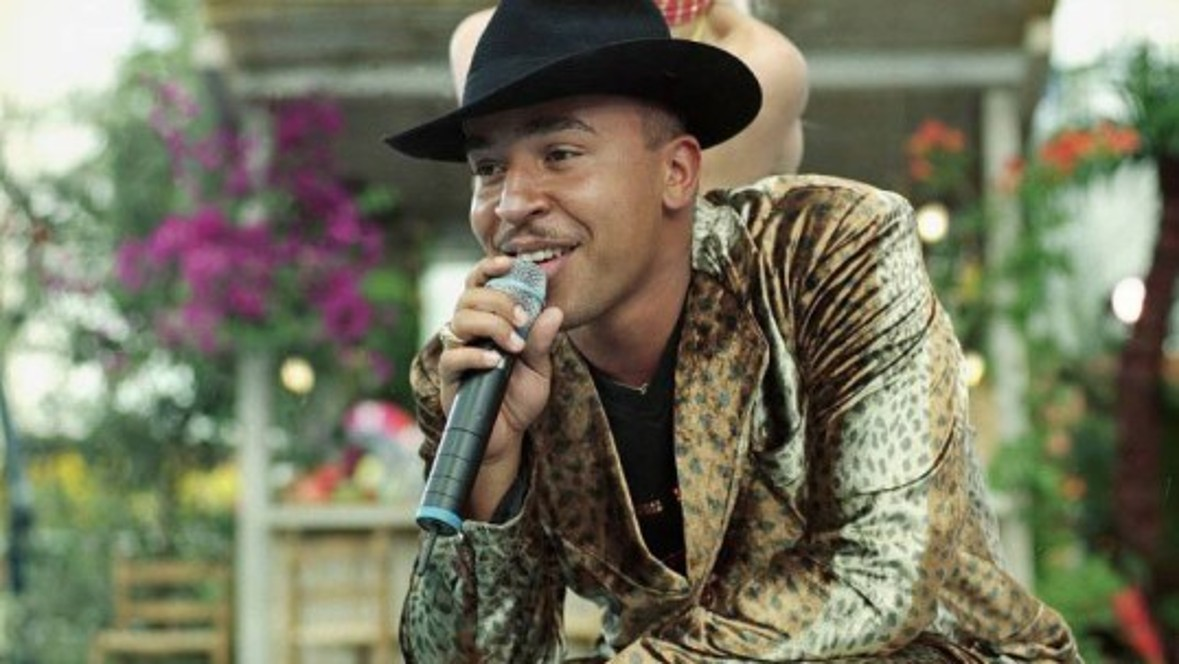 However, the summer hit of the year is 'Mambo No. 5' by Lou Bega, which rises to No. 1 in the British music charts and No. 3 in the USA.