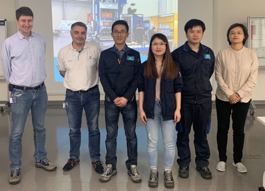 Together with her team of experts, Qingyan Wu (third from right) has sustainably minimized the scrap rate in the production of forging hangers