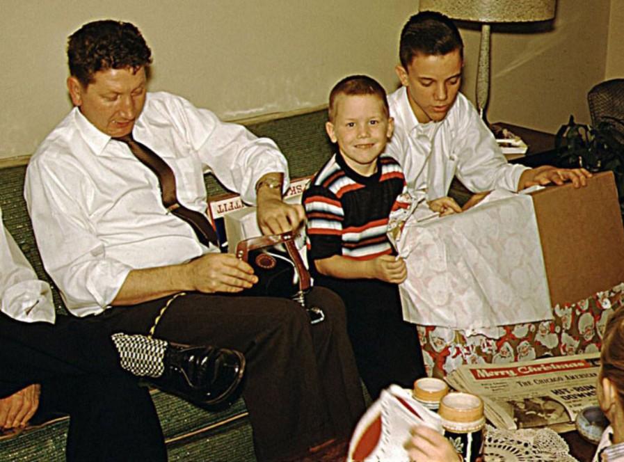 O avô de Scott (o segundo a partir da direita) em Chicago após a Segunda Guerra Mundial