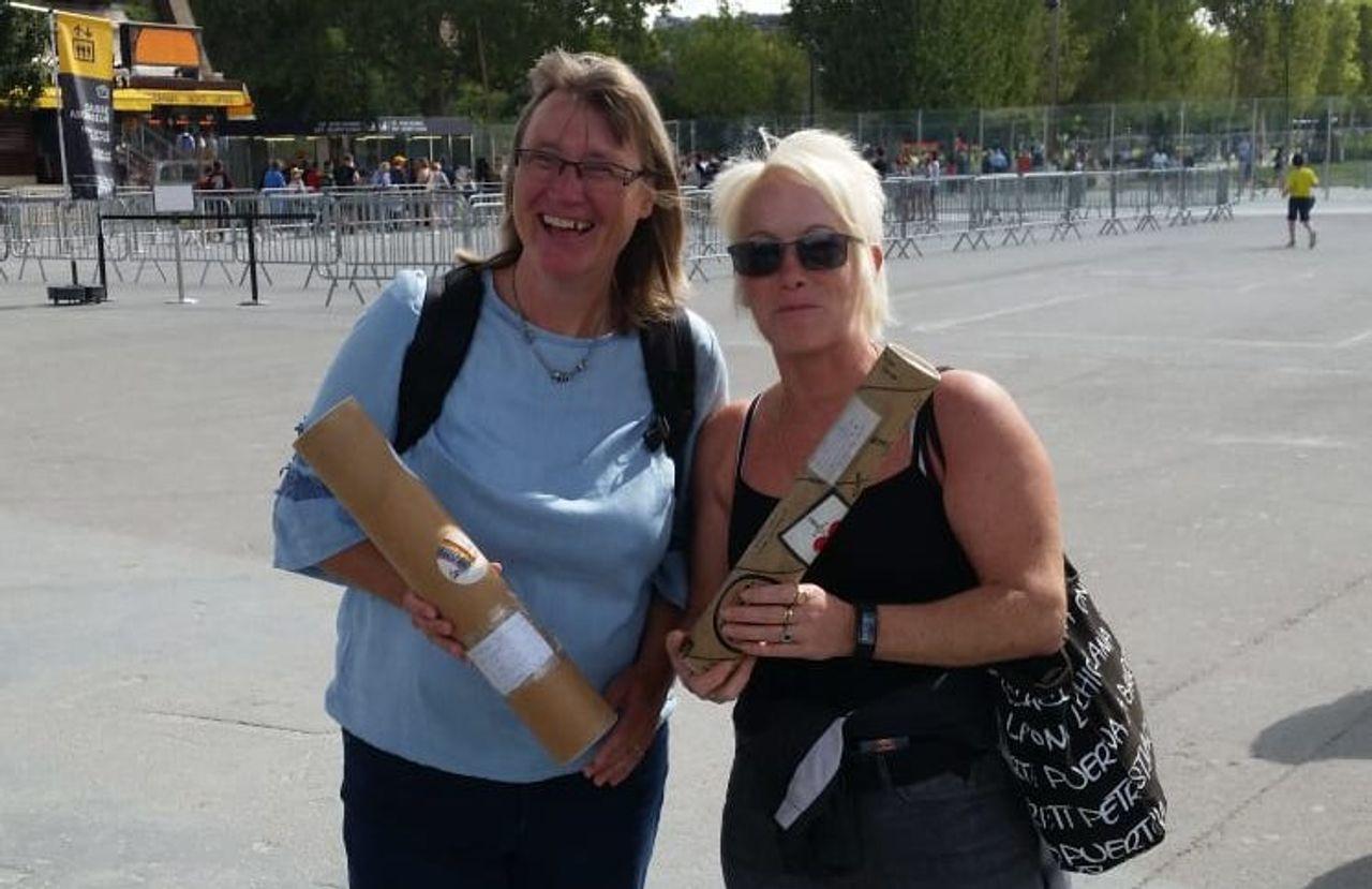 Karin, links, und Anke, rechts, haben ihre Versprechen auf ihrer Zeichenrolle festgehalten.