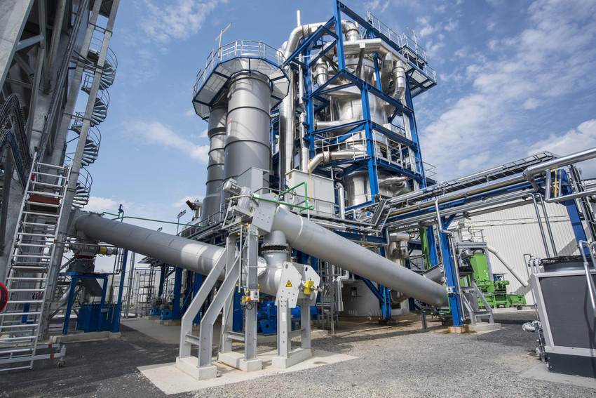 This plant produces high-quality aircraft fuel and diesel from biofuels.