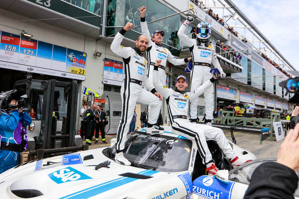 Enjoying the victory: Manuel Metzger and his BLACK FALCON team mates celebrate the first place at the Nürburgring in 2016.