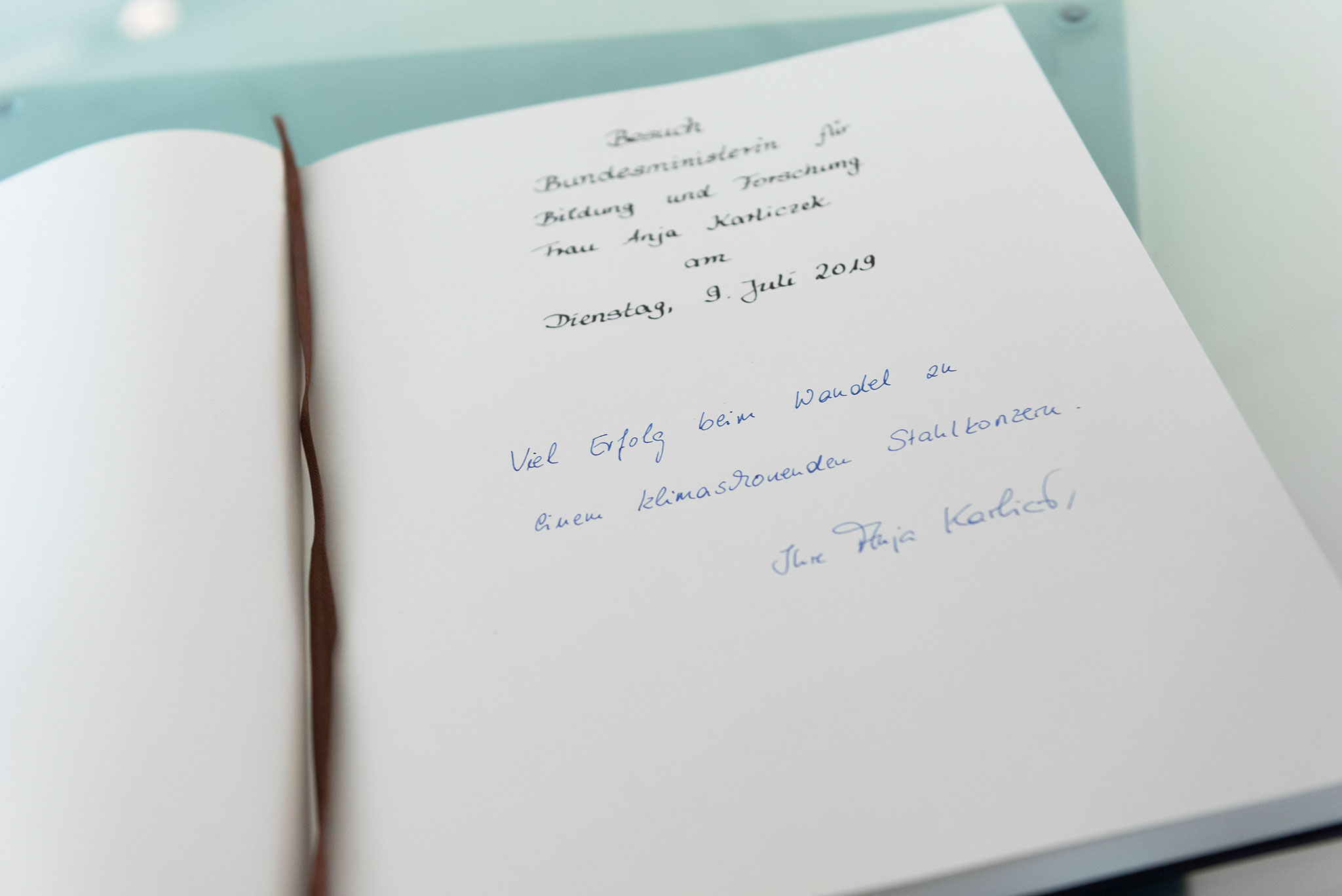 A political stimulus: during her visit to our Duisburg steel site, Federal Research Minister Anja Karliczek found the right words for our guestbook