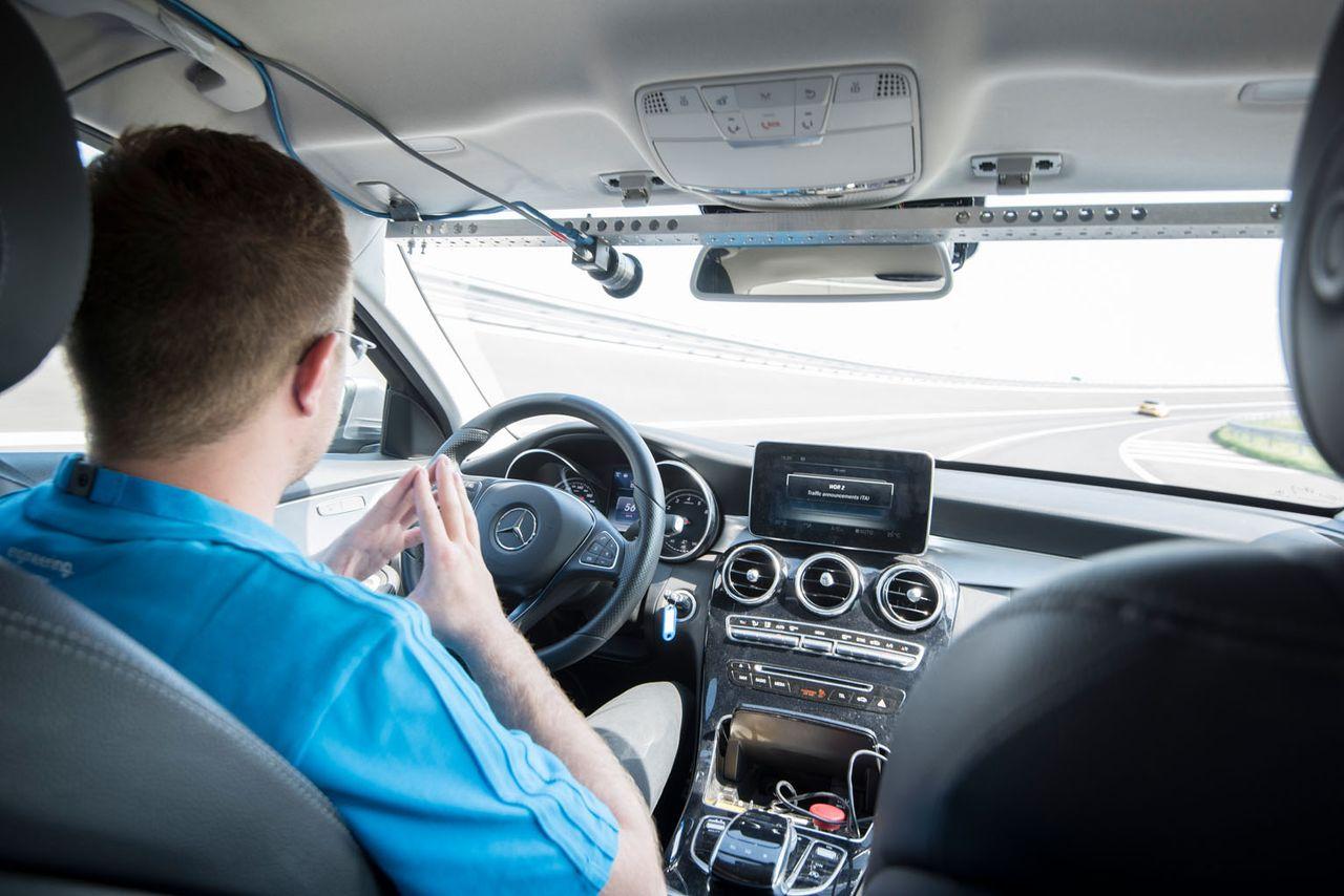 Für die Zukunft des Fahrens testet thyssenkrupp immer wieder aus, was möglich ist – wie hier auf der Teststrecke Aldenhoven. Dank Steer-by-Wire und autonomer Fahrtechnologie kann unser Testfahrer die Hände vom Lenkrad nehmen.