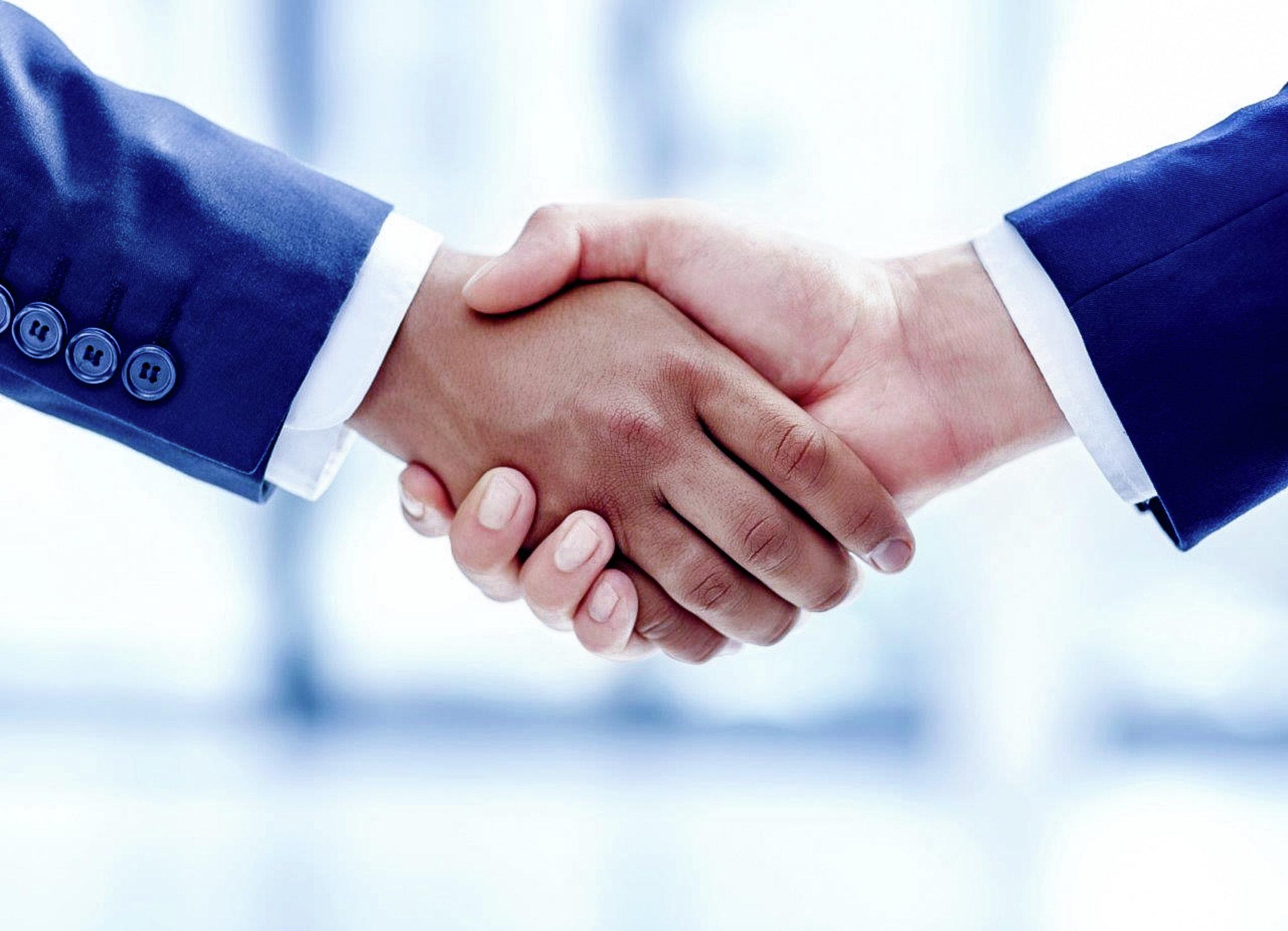 Zwei Mensch schütteln sich die Hände