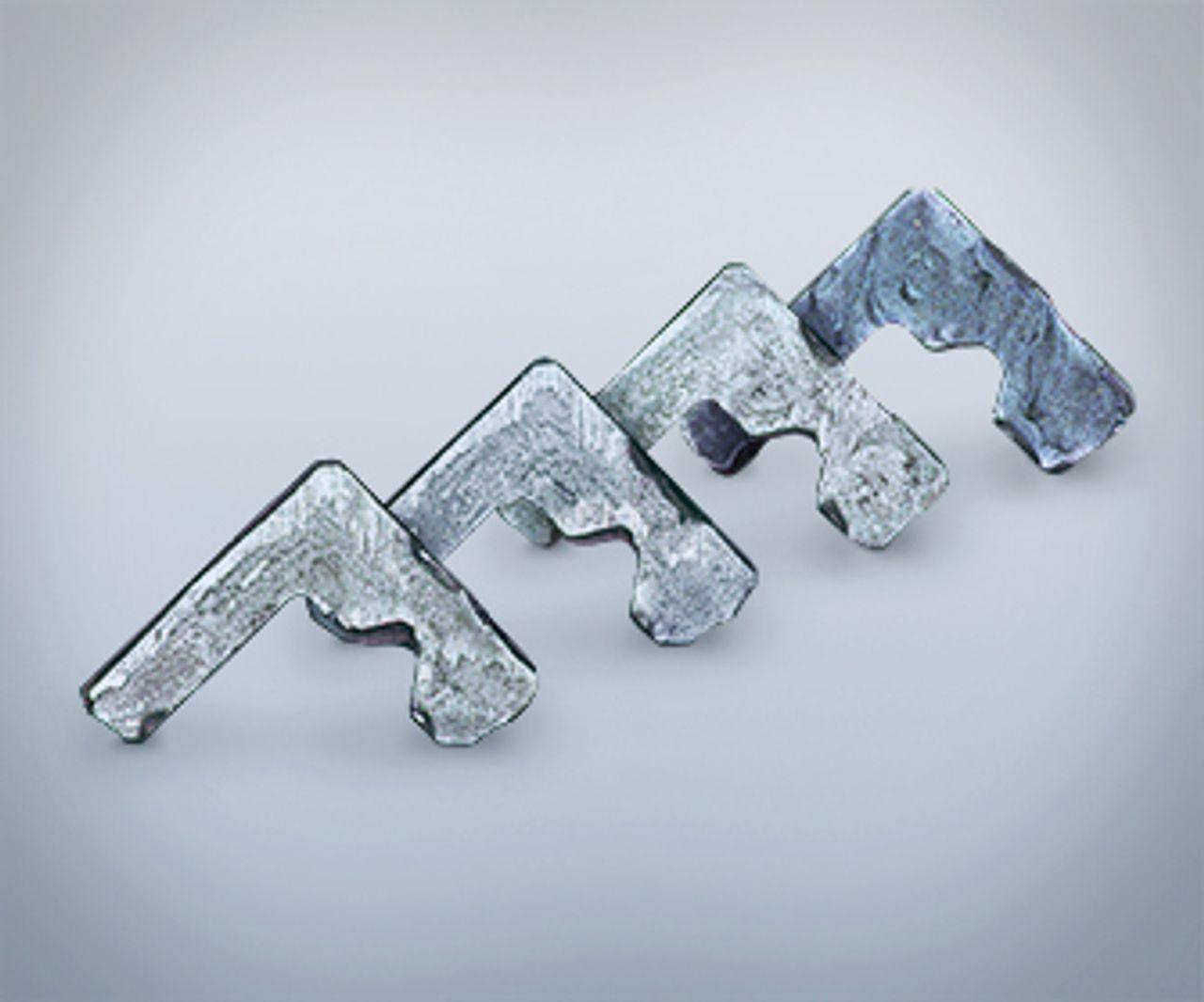 Vier Stahlprofile auf grauem Hintergrund