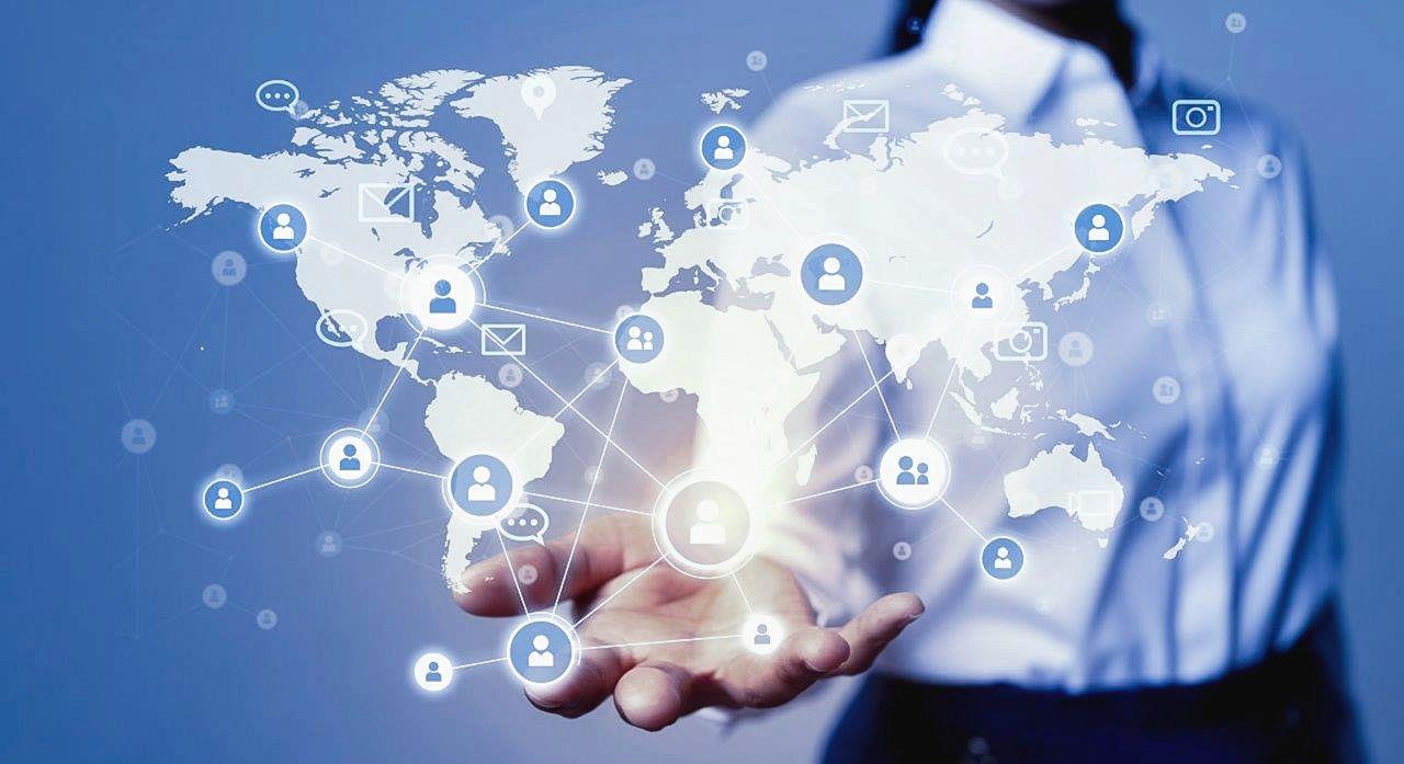 Eine Person trägt ein Hemd und streckt die Hand aus. Von der Hand geht eine Weltkarte aus mit einem Netzwerk