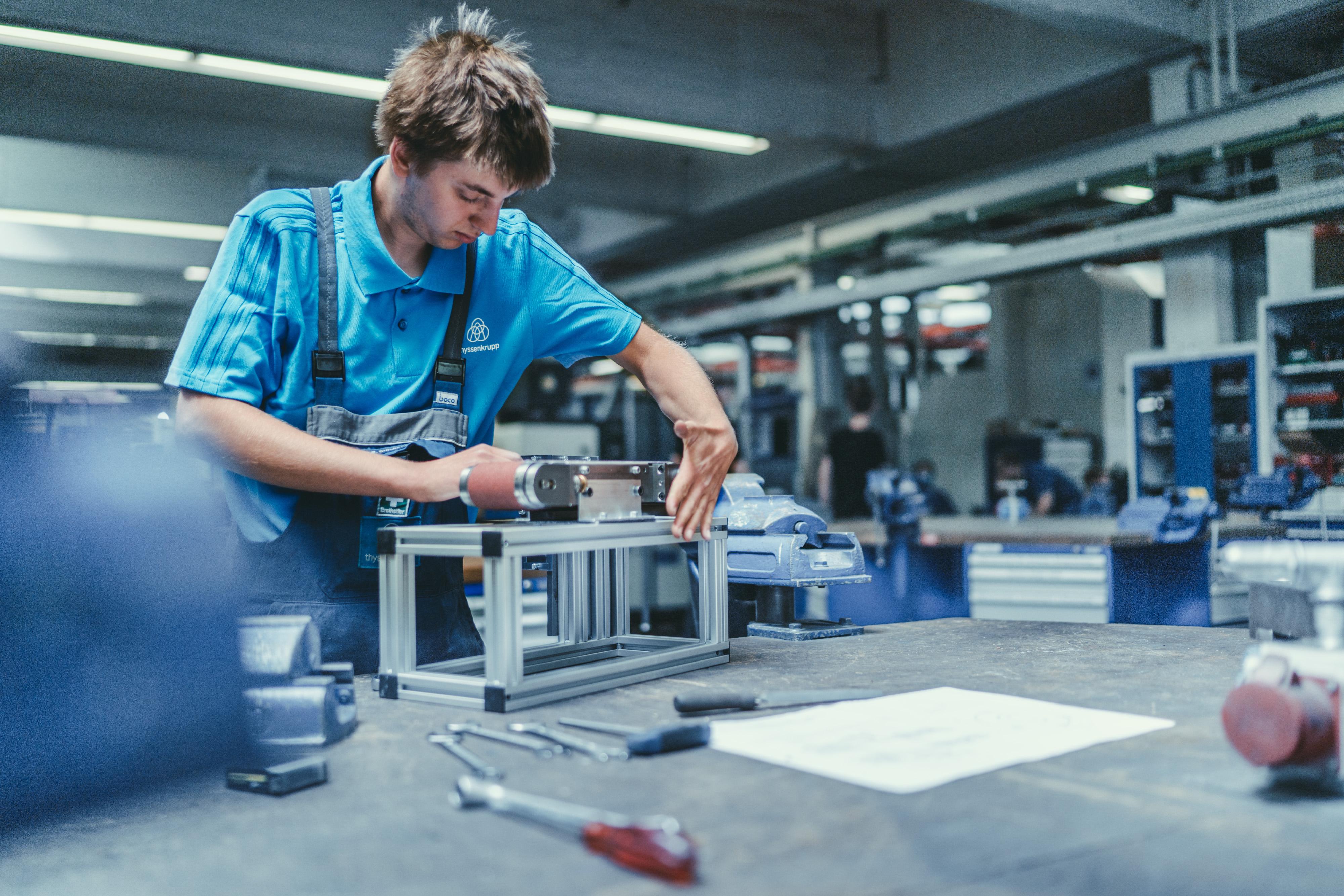 Junger Mann bei der Arbeit im Werk Lippstadt