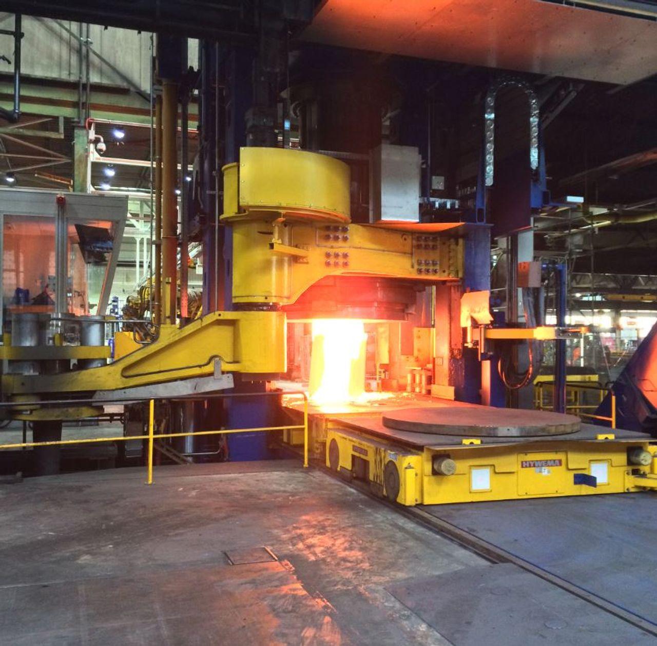 La materia prima incandescente se tritura en una prensa de 6.000 t