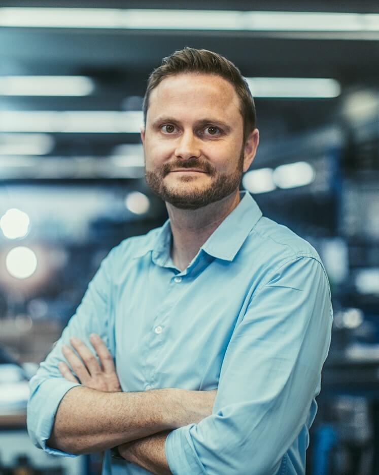 Karsten Kaspari, smiling with crossed arms