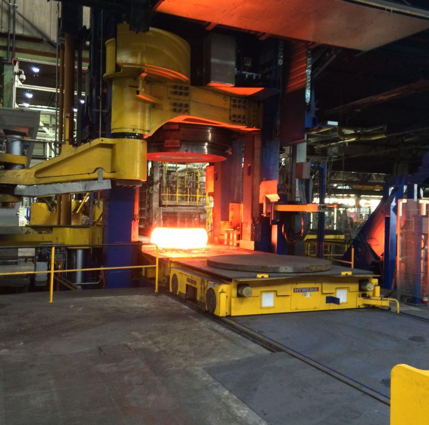 Materia prima comprimida en un aro en una prensa de 6.000 t