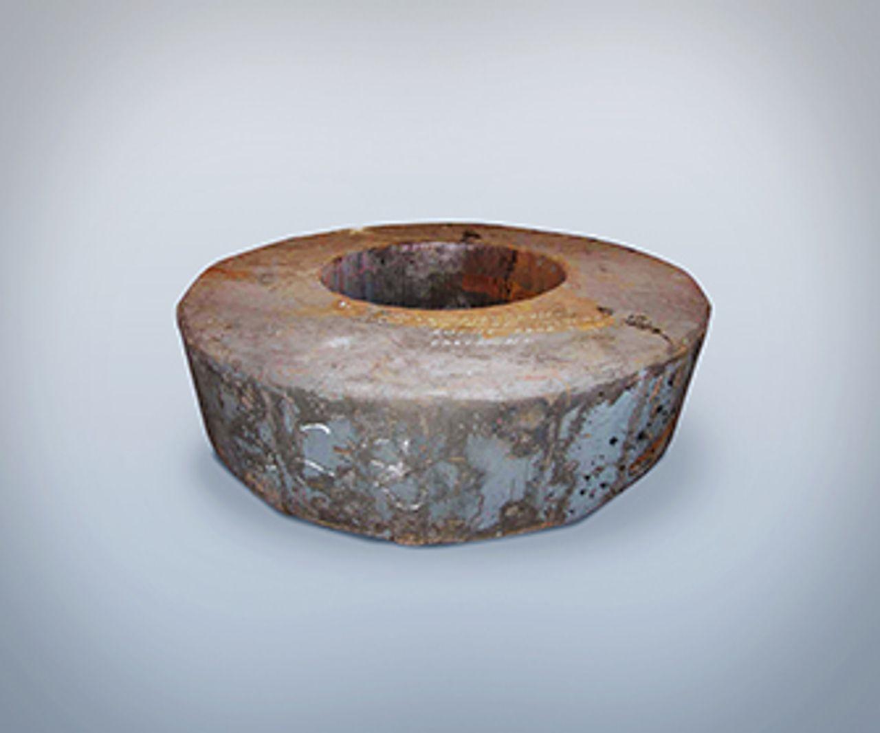 Un anillo de acero sobre un fondo gris