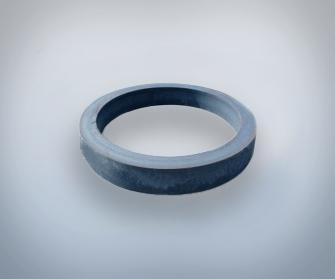 Un anello su uno sfondo grigio
