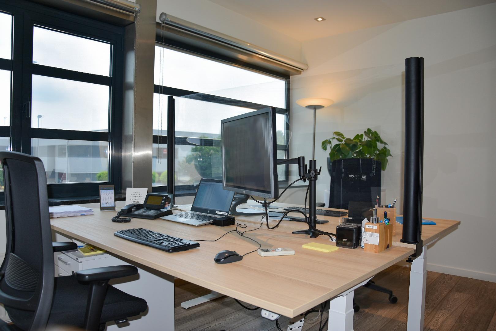 Transparant uittrekbaar bureauscherm