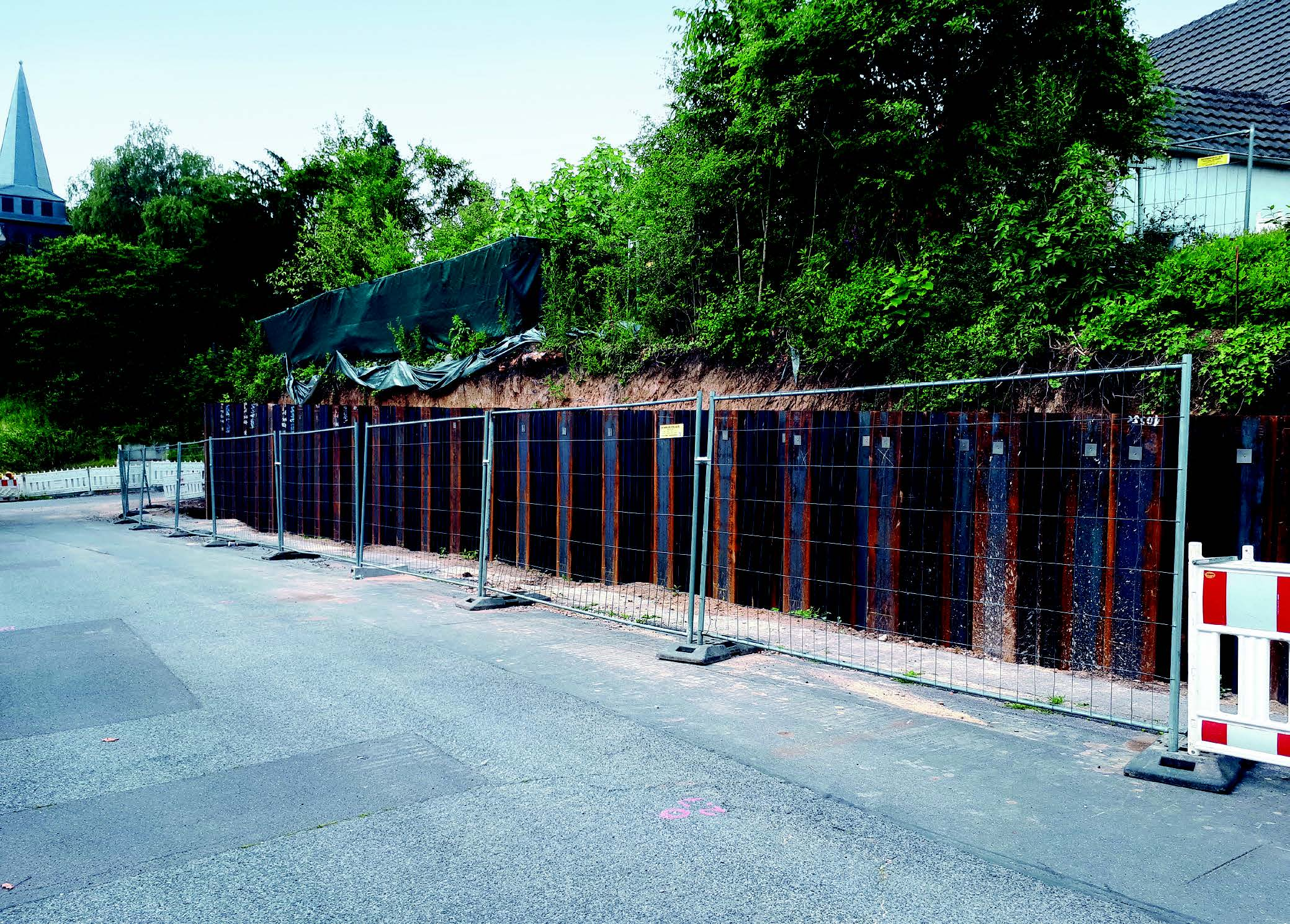 Construction of steel sheet pile wall for slope stabilization in Hürth