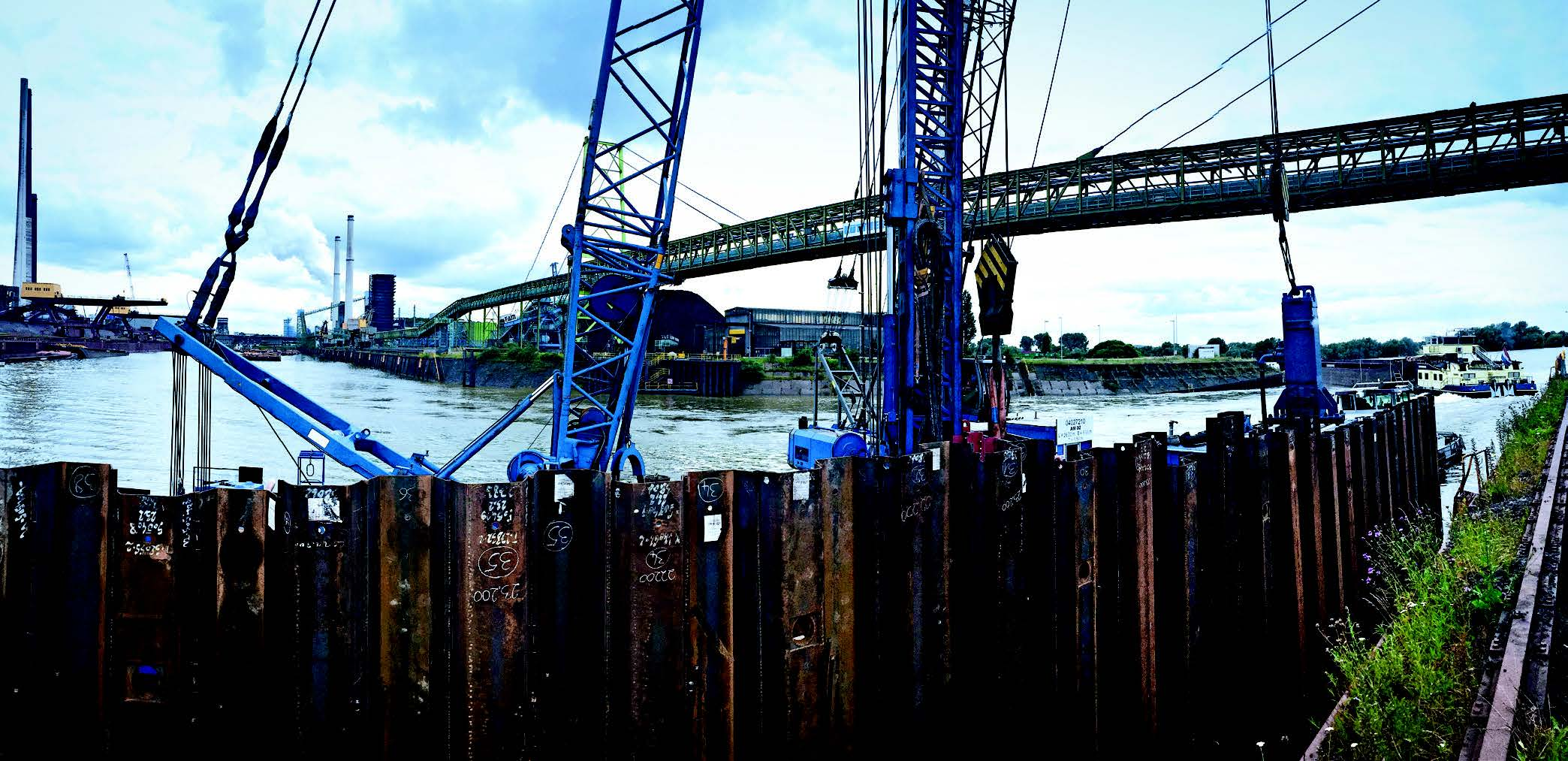 Bracing a clad steel sheet piling wall with micropiles in the Schwelgern Port