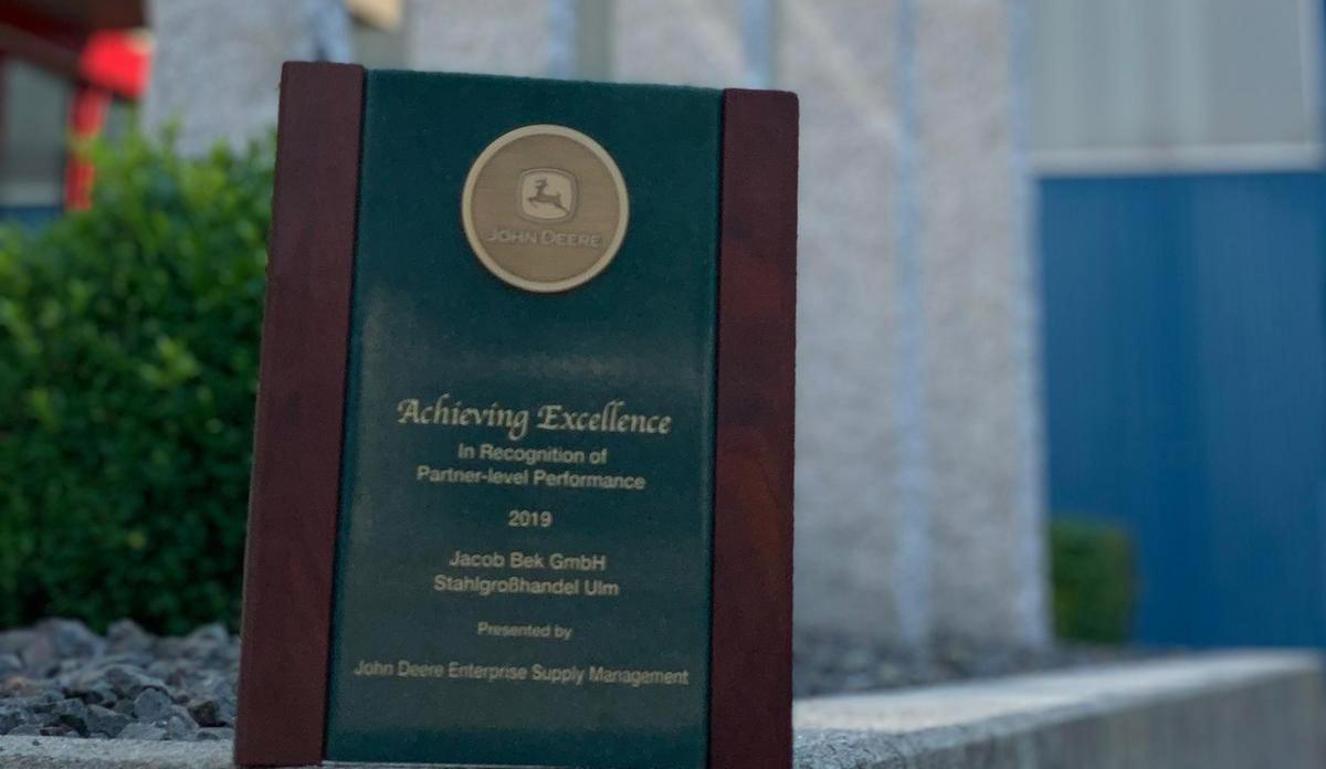Jacob Bek erhält Supplier Award von John Deere