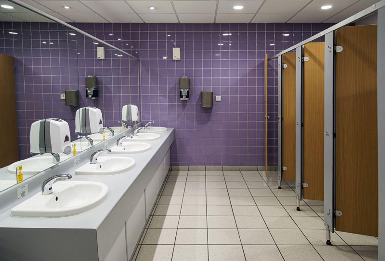 Auskleidung von sanitären Einrichtungen mit Trespa TopLab
