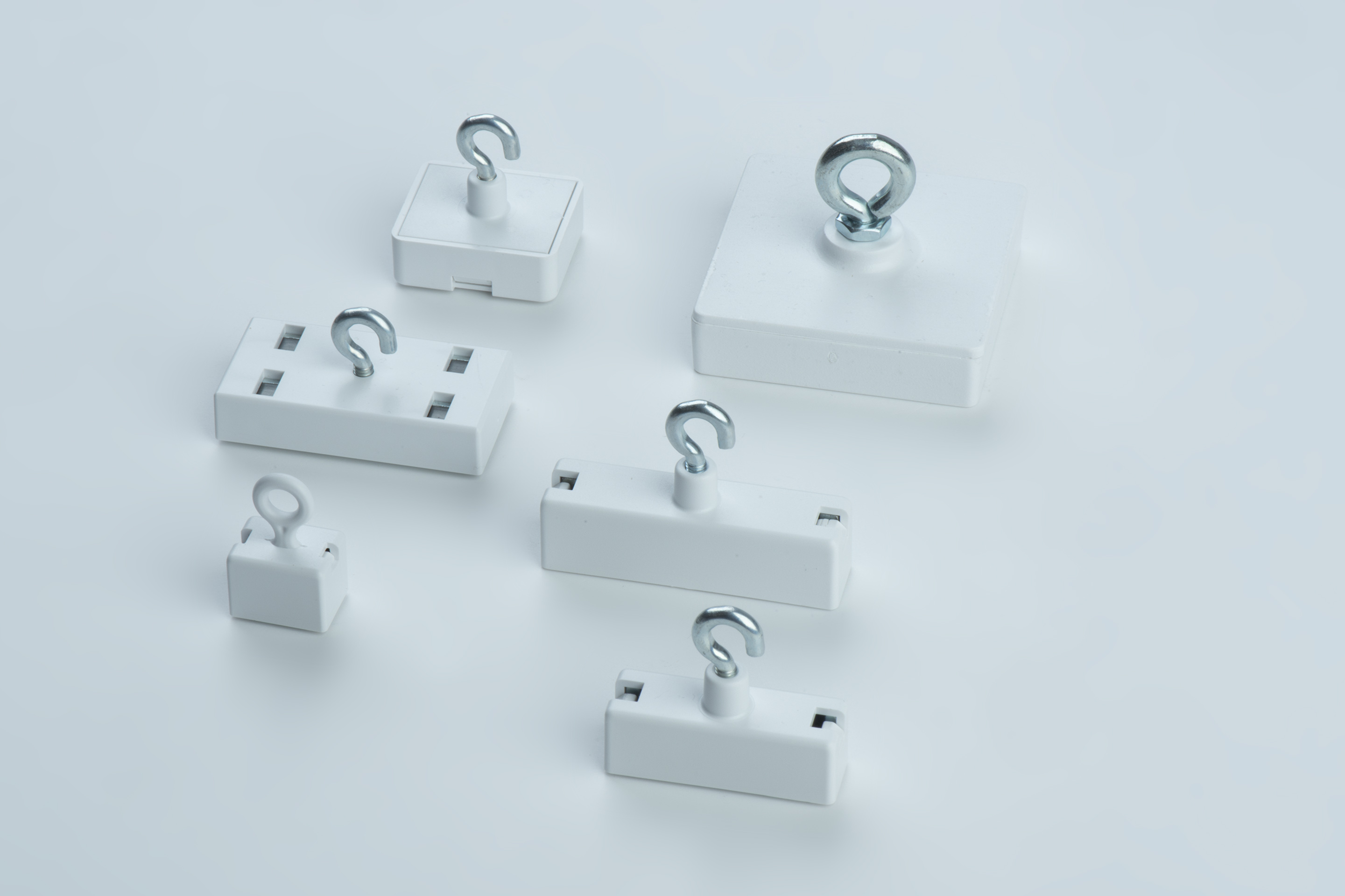 Leistenmagnete aus Hartferrit, weißes Kunststoffgehäuse mit Haken oder Öse, thyssenkrupp Magnettechnik