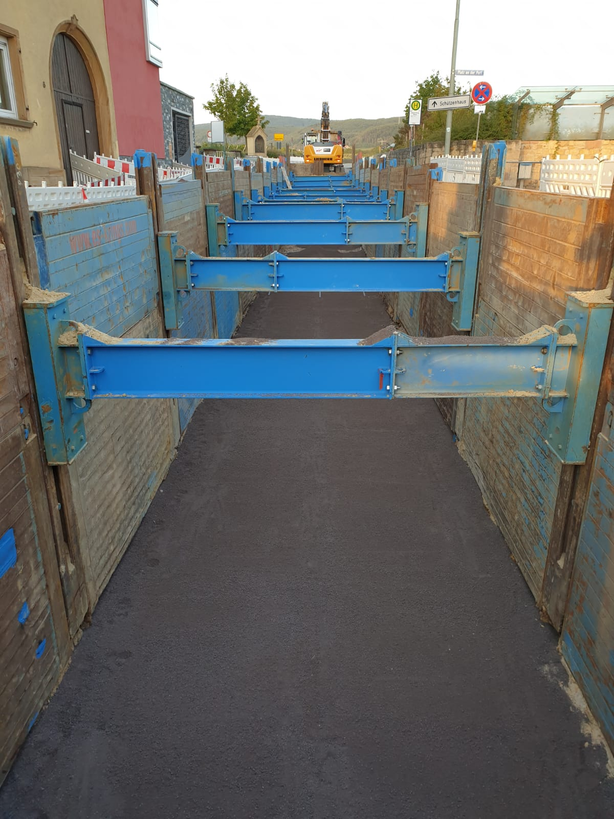 Single slide rail system linear shoring